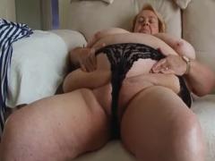 Fette Oma fummelt an der haarigen Möse