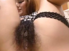 Nasse haarige Muschi vor der Webcam