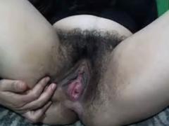 Haarige Schlampe masturbiert vor der Webcam