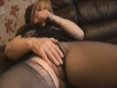 Oma zeigt ihr haariges Fickloch
