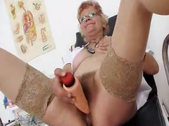 Haarige Oma macht Doktorspiele