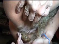 Haarige Pussy kackt und pullert