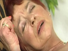 Pornocasting mit haariger Oma Fotze