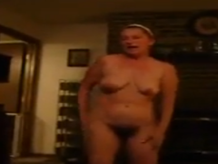 Geile Hausfrau mit haariger Muschi beim tanzen