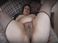 Oma zeigt ihre haarige Muschi