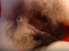 Vor der Webcam zeigt sie haarige Möse