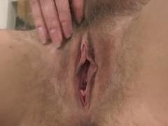 Haarige Muschi masturbiert in der Küche